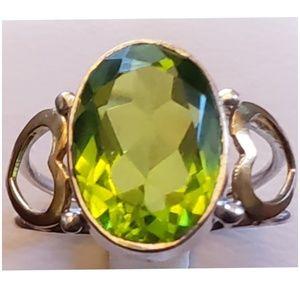 Jewelry - 8ct Peridot 2-Tone Hearts Ring size 8